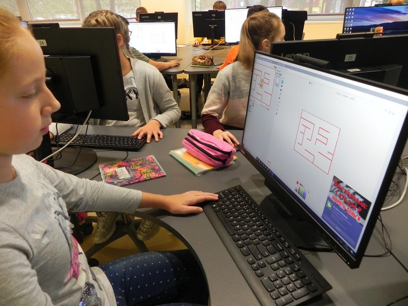 Skolēni iepazīst Scratch vidi un veido labirinta spēli.