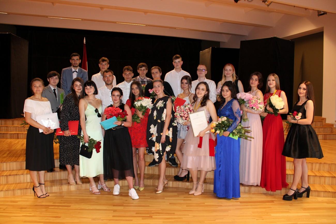 Liepājas Liedaga vidusskolas pirmie 12. klašu absolventi saņēma absolventa apliecinājumu