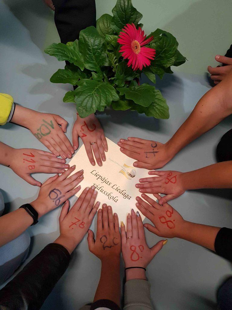 """Šogad Liepājas Liedaga vidusskolas audzēkņi piedalījas sociālajā akcijā """"Bērni ziedu vietā"""""""